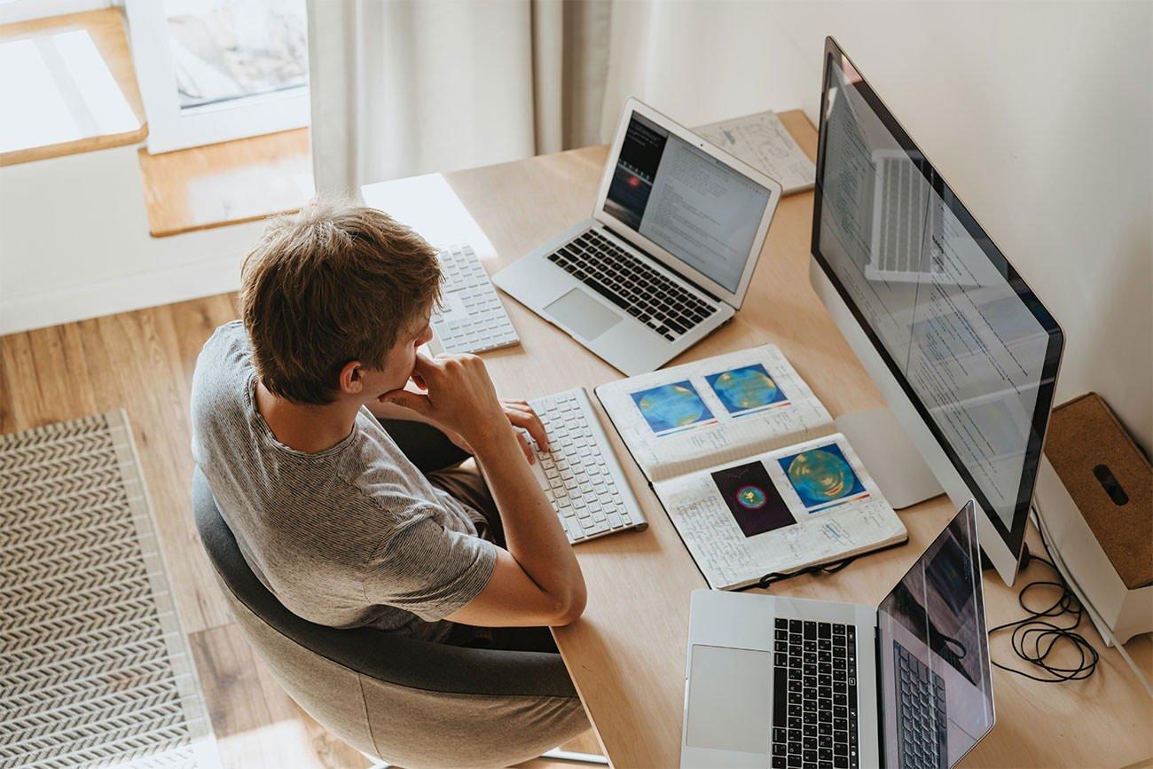 Mężczyzna umieszcza strony internetowe na kilku komputerach jednocześnie.